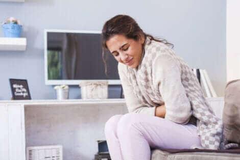 Une femme ayant mal au ventre.