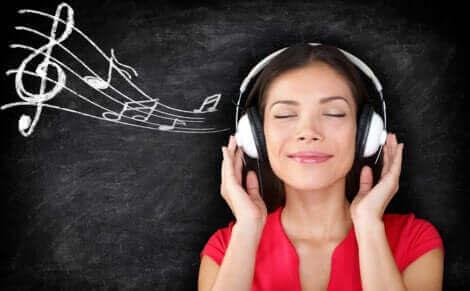 Ce syndrome n'est pas lié à la sensation agréable d'écouter des mélodies pour le plaisir, mais constitue une forme d'acouphène.