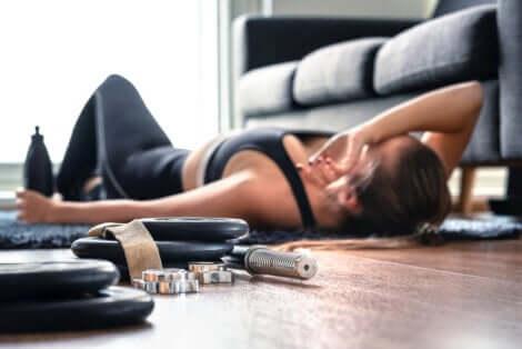 Une femme qui se repose lors d'un entraînement HIIT.