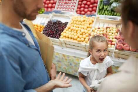 Une fille qui hurle dans un supermarché.