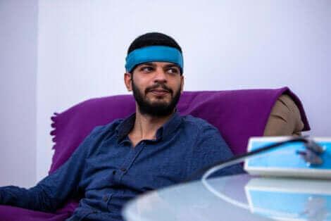 Un homme avec un ruban sur la tête.