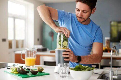 Un homme préparant une boisson.