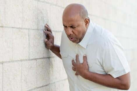 Un homme faisant un infarctus.