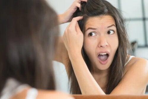 4 raisons pour lesquelles vous pourriez avoir des cheveux gris quand vous êtes jeune