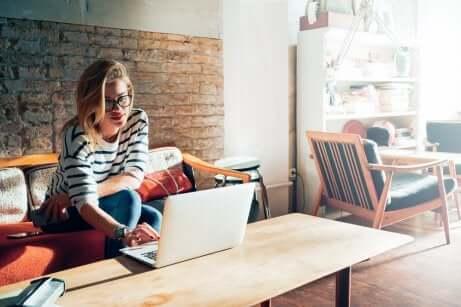 Une jeune qui surfe sur internet.
