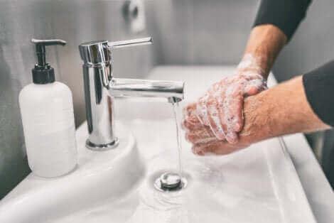 Une personne se lave les mains.