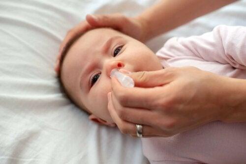 Le lavage nasal chez un bébé.