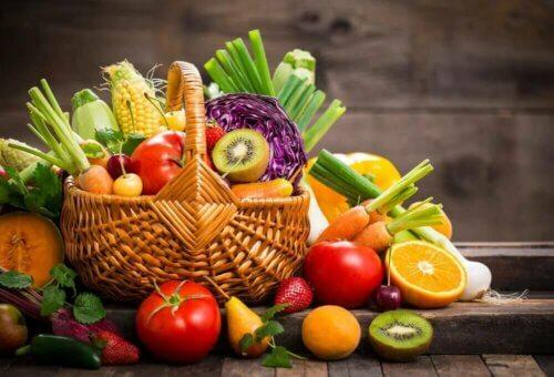 Un beau panier de fruits et légumes.