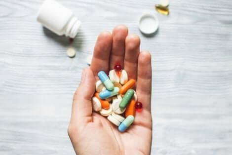 Une main avec des médicaments dedans.