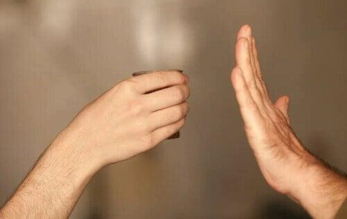 Une main qui refuse de boire.
