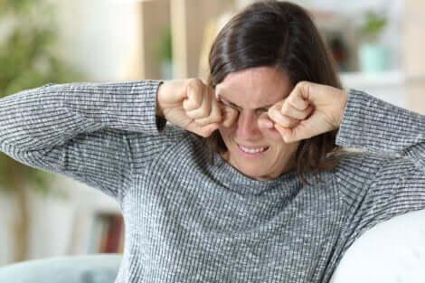Une femme qui a mal aux yeux.