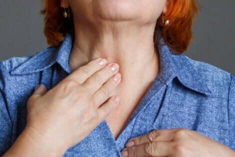 Une femme qui a mal à la gorge.