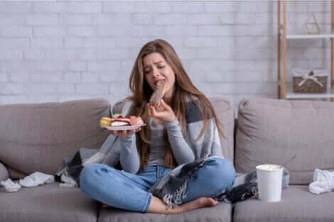 Une fille qui mange sans faim.