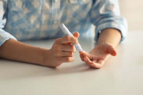 Mesure de la glycémie avec un stylo.