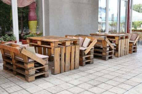 Des meubles en matériaux recyclés.