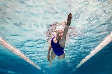 Une femme fait de la natation.