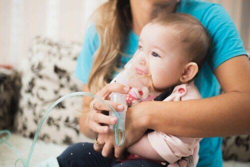 Un bébé en détresse respiratoire.