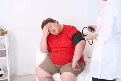Une personne obèse chez le médecin.