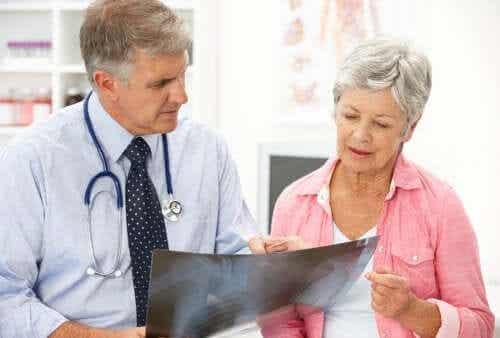 Ostéoporose post-ménopausique : causes et traitement