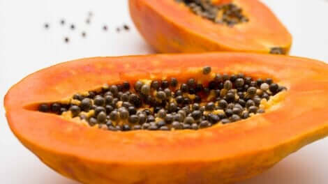 Une papaye coupée en deux.