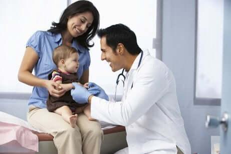 Un bébé en visite chez le pédiatre avec sa maman.