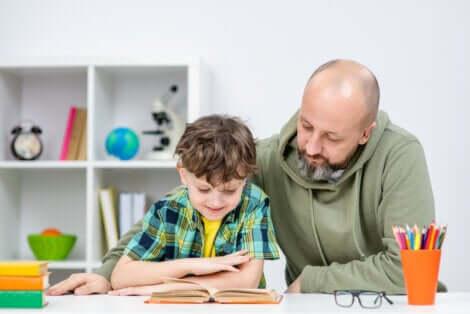 Un père qui aide son fils à lire.