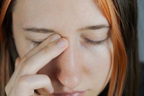 Une femme avec des problèmes aux yeux