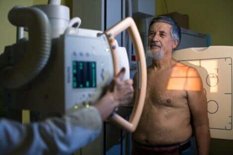 Une radiographie d'un homme.