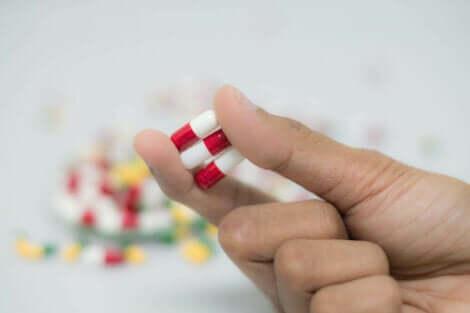 Des statines dans une main.