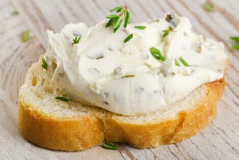 Tartine de fromage à la crème.