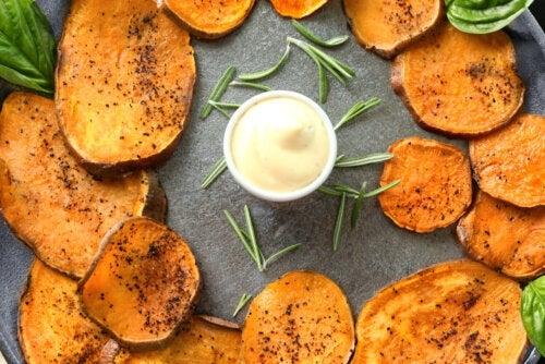 Chips de patate douce épicées : une recette que vous allez adorer