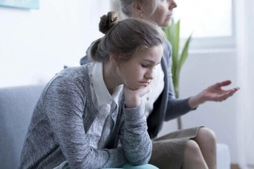 Une jeune fille triste.