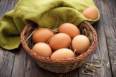 Un panier avec des œufs.