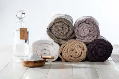 Des serviettes enroulées.