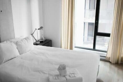 Une chambre minimaliste.