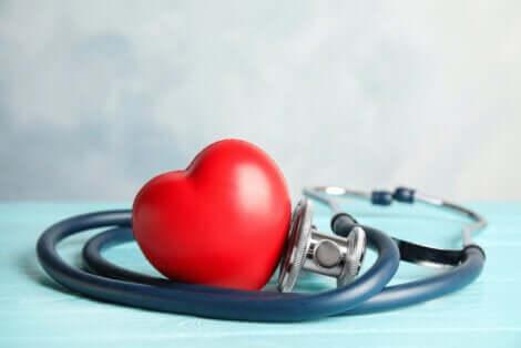 Un coeur avec un stéthoscope.
