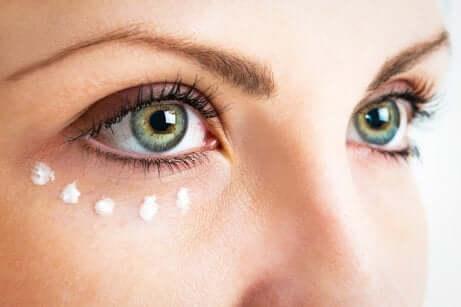 Une crème pour le contour des yeux.