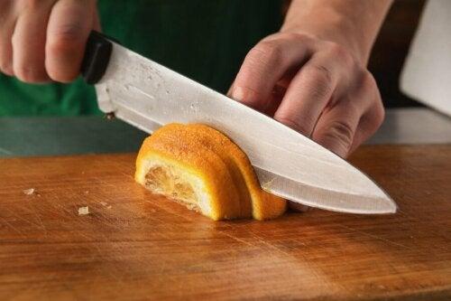 Une personne qui coupe un citron.