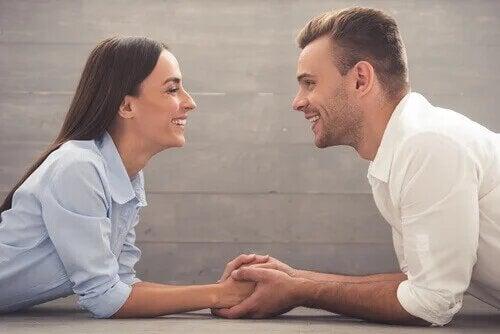 Couple heureux grâce à la communication non violente.
