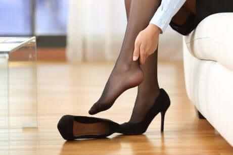 Une femme qui enlève ses chaussures.