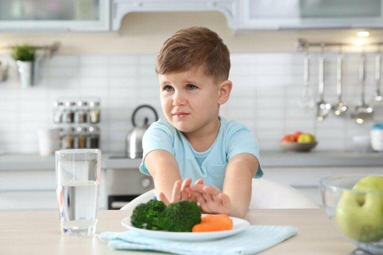 Un enfant rejette de la nourriture.