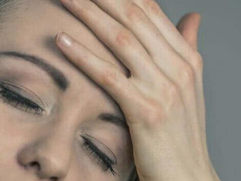 Une femme ayant mal à la tête.