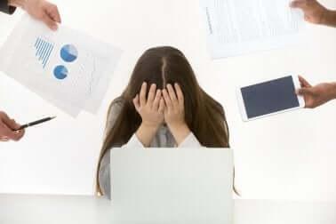 Le stress au travail d'une femme.