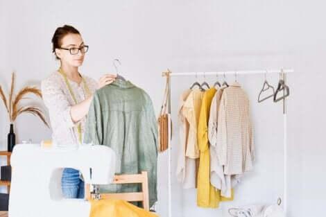 Une femme et des vêtements.