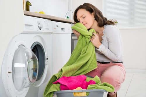 Une femme sent des serviettes.