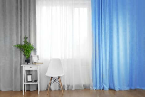 Des rideaux bleus.