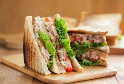 Un sandwich au thon.