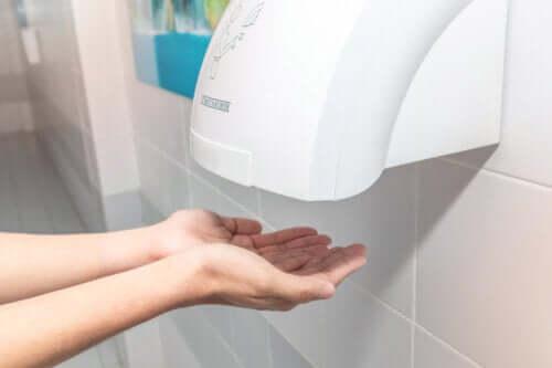 Les sèche-mains publics pourraient être contreproductifs, selon les études