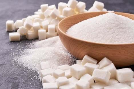 Du sucre en poudre et en carrés.
