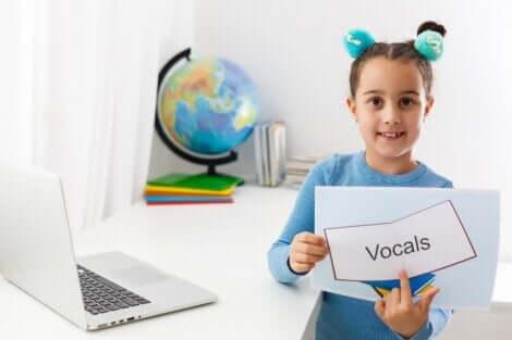 Une petite fille qui suit une thérapie du langage.